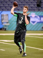Louisiana Tech quarterback Jeff Driskel thows a pass
