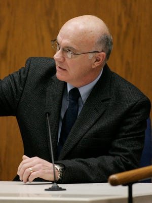 Manitowoc County Sheriff Lt. James Lenk uses a laser pointer to point out where he was in the Avery trailer during testimony in the Steven Avery trial at the Calumet County Courthouse on Feb. 21, 2007.