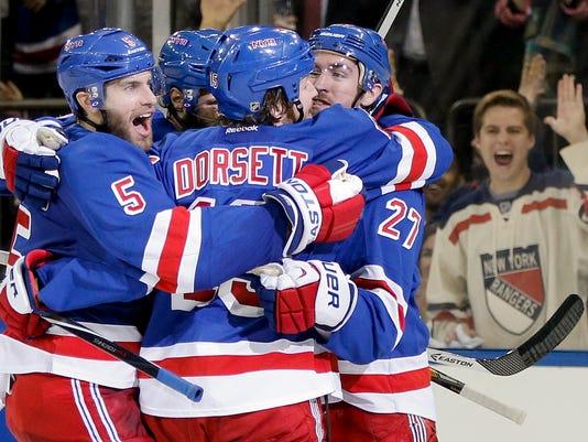 Rangers Canadiens 2014 Game 6 group hug