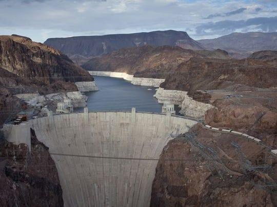 Hoover Dam es una presa de hormigón de arco-gravedad, ubicada en el curso del río Colorado, en la frontera entre Arizona y Nevada.