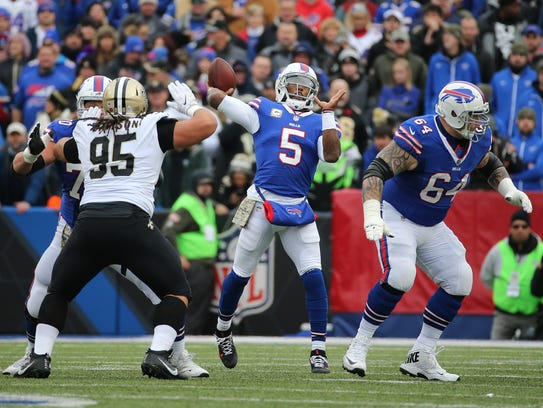 Bills quarterback Tyrod Taylor looks to throw over