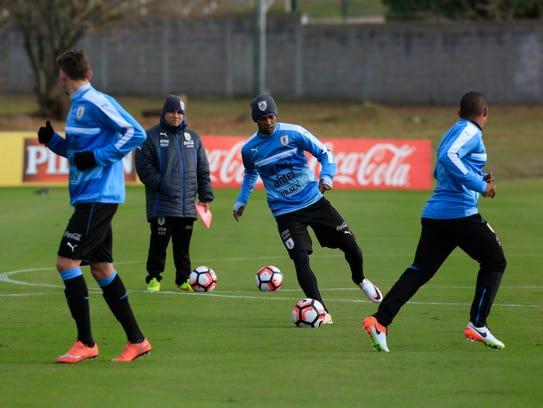El jugador Diego Rolán (c) participa en un entrenamiento