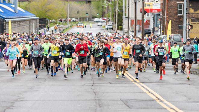 Runners get off the starting line quickly during the 2017 Binghamton Bridge Run.