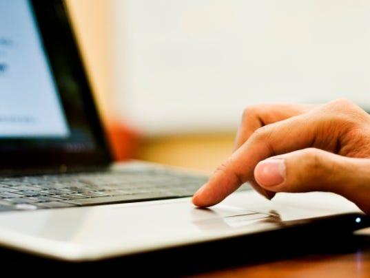 #ARNgenEdu-hand-computer.jpg