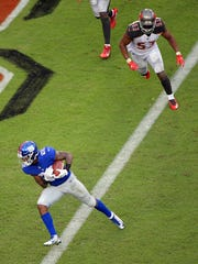 New York Giants running back Wayne Gallman (22) scores