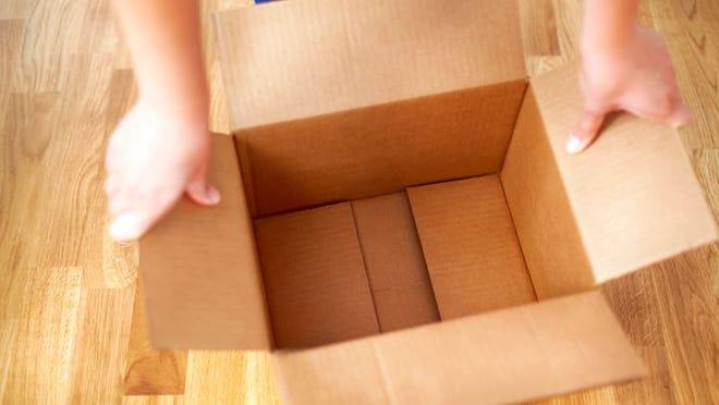 Una foto que muestra a alguien con una caja vacía.