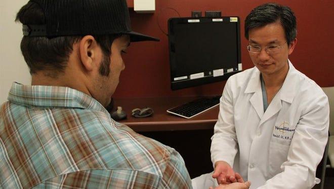"""Un grupo de científicos de una universidad californiana está probando en pacientes con lesiones de columna un método de estimulación eléctrica para ayudar a la médula espinal a encontrar """"vías alternativas"""", como hacen los conductores """"cuando hay un atasco en una autopista""""."""