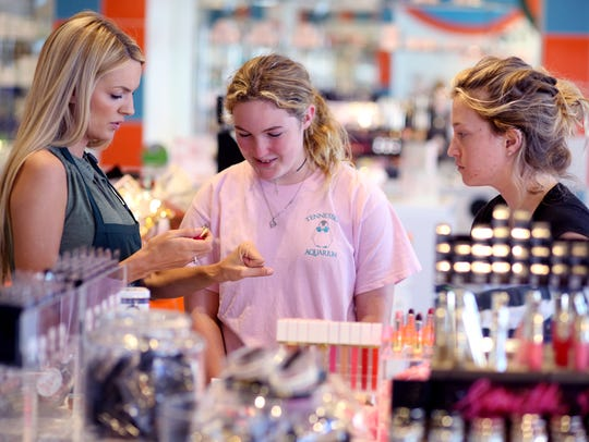Airelle Snyder, left, works with customers Merritt