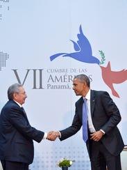 Raúl Castro y Barack Obama estrechan las manos.