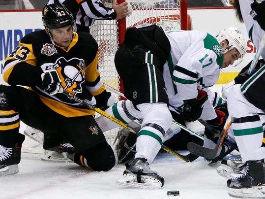 Pittsburgh Penguins' Conor Sheary (43) can't get to a rebound off Dallas Stars goalie Antti Niemi with Devin Shore (17) defending during the second period of an NHL hockey game in Pittsburgh, Thursday, Dec. 1, 2016. (AP Photo/Gene Puskar)