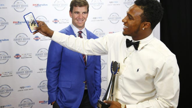 Lakewood's Amir Tyler meets Eli Manning backstage after winning the Courage Award.