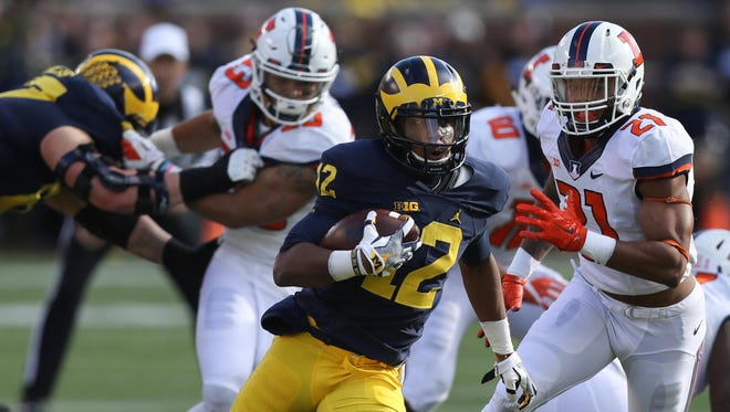 Michigan Wolverines tailback Chris Evans runs for 16 yards in the first quarter against Illinois on Saturday, Oct. 22, 2016.