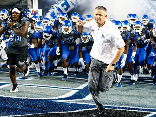 University of Memphis head coach Mike Norvell (right)