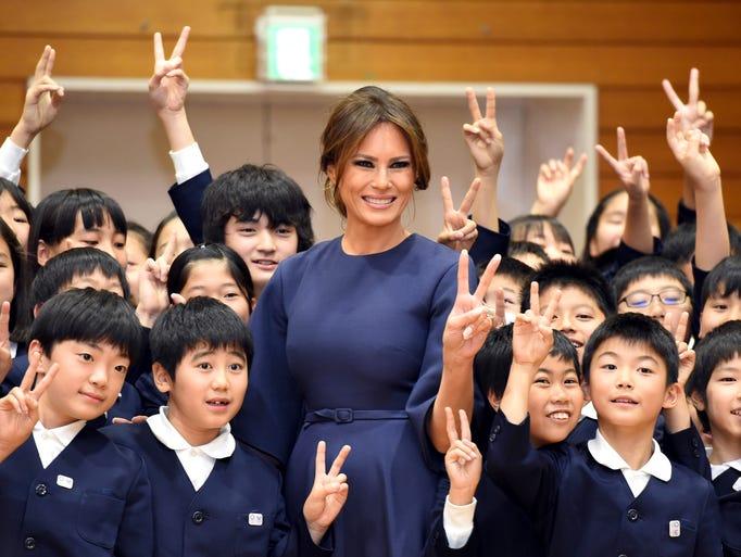 La Primera Dama de EU Melania Trump convive con niños