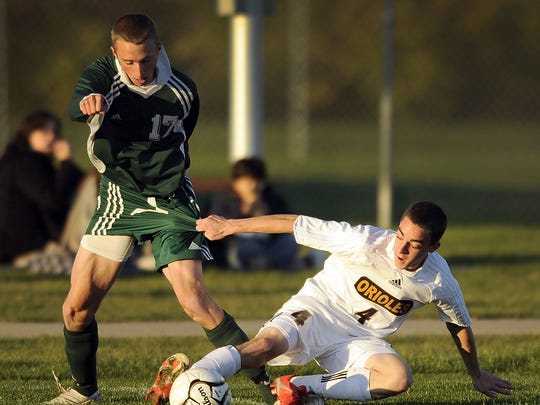 Zionsville's Jay Townsend (left) and Avon's Jeffrey Bryant tussle for possession during a 2009 semistate.