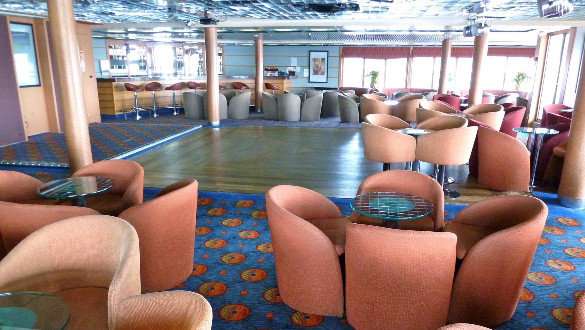 Scotty's Bar is a 125-seat cabaret lounge and bar at the aft end of Amundsen Deck. By day, this space hosts quizzes and meetings and at night, it becomes a lively night-club.