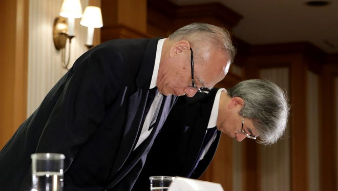 Managing director of Tokyo Medical University, Tetsuo Yukioka (left), and vice-president Keisuke Miyazawa bow as they attend a press conference in Tokyo on August 7, 2018.