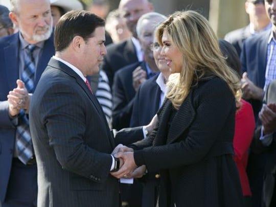 La gobernadora de Sonora Claudia Pavlovich (der.) se da la mano con su contraparte arizonense, mostrando la gran relación que ambos estados mantienen.