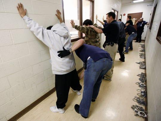 De las 143.470 detenciones que ICE realizó en el año