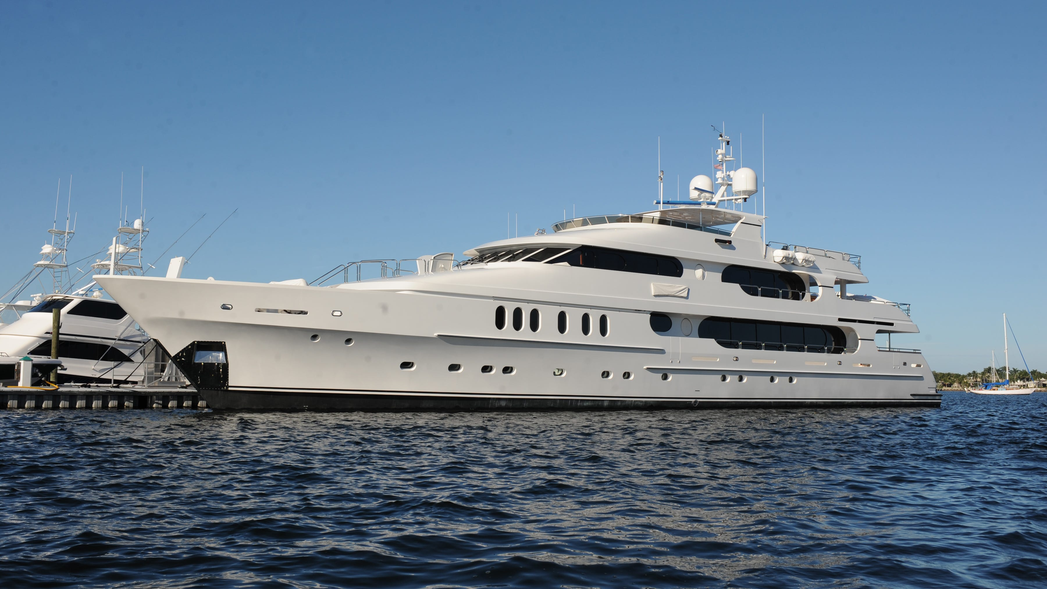 tiger woods  luxury yacht privacy smaller than others at