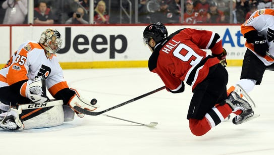 Philadelphia Flyers goalkeeper Steve Mason makes a