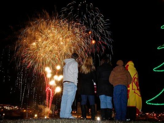 -SNLTab_12-27-2012_Weekend_1_W007~~2012~12~26~IMG_File_fireworksB.jpg_1_1_OH.jpg