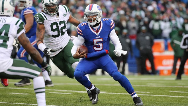 Tyrod Taylor scrambles in the first half.