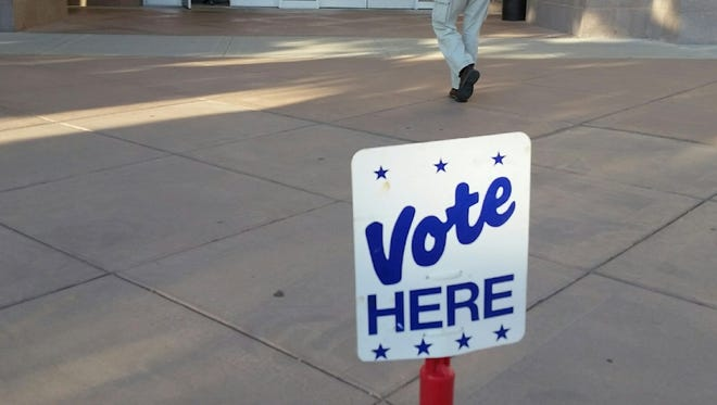 "A ""Vote Here"" sign outside of the Doña Ana County Government Center."