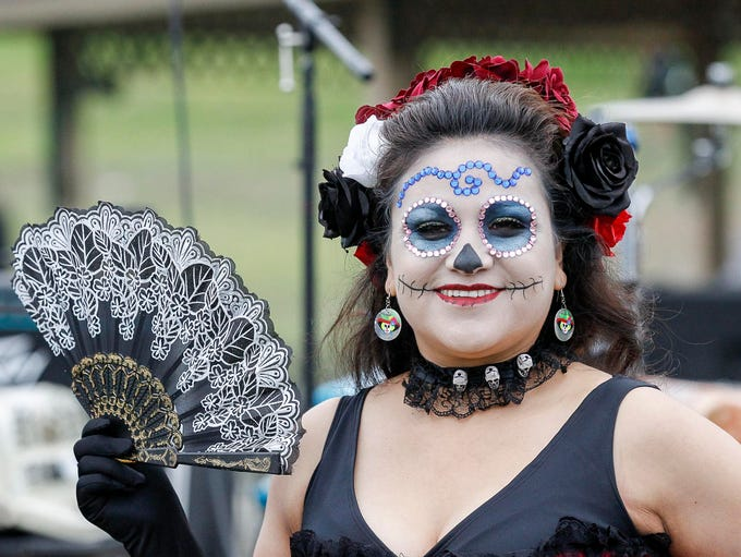 A woman with a La Catrina face competing in La Catrina