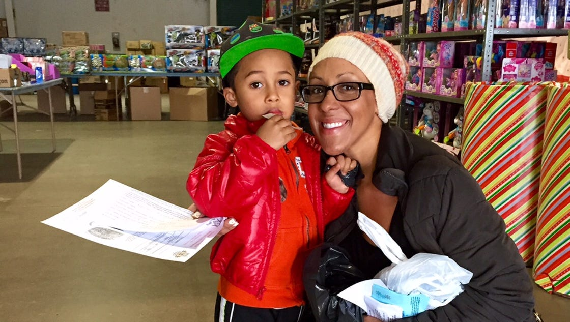Deputies 'pay it forward' to needy families for Christmas