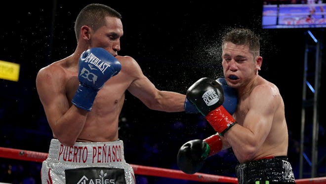 Juan Francisco Estrada de Puerto Peñasco, Sonora, conecta un potente zurdazo en la mandíbula al sinaloense Carlos Cuadras.