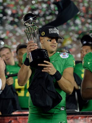 Oregon Ducks quarterback Marcus Mariota (8) celebrates
