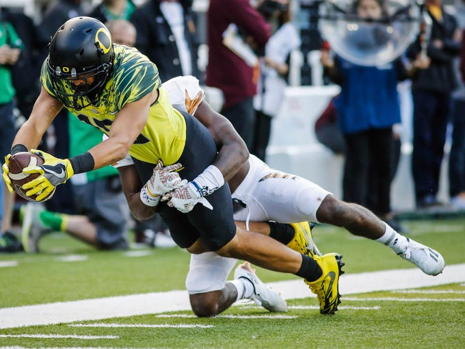 Oregon wide receiver Jalen Brown (15), catches a pass