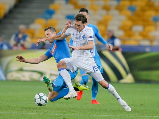 Kiev's Denys Garmash, right, challenges for the ball during the Champions League Group B soccer match between Dynamo Kiev and Napoli at the Olympiyskiy stadium in Kiev, Ukraine, Tuesday, Sept. 13, 2016. (AP Photo/Efrem Lukatsky)