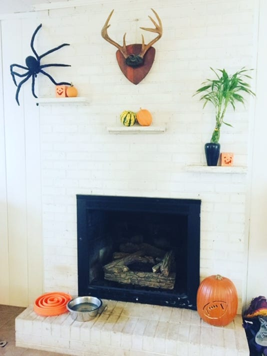 636754653924155488-Halloweenfireplace.JPG