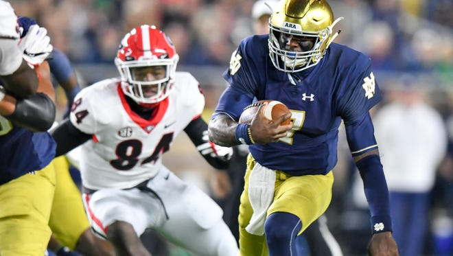 Notre Dame Fighting Irish quarterback Brandon Wimbush (7) runs the ball in the fourth quarter against the Georgia Bulldogs.