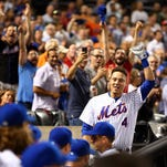 New York Mets first baseman Wilmer Flores (4) takes