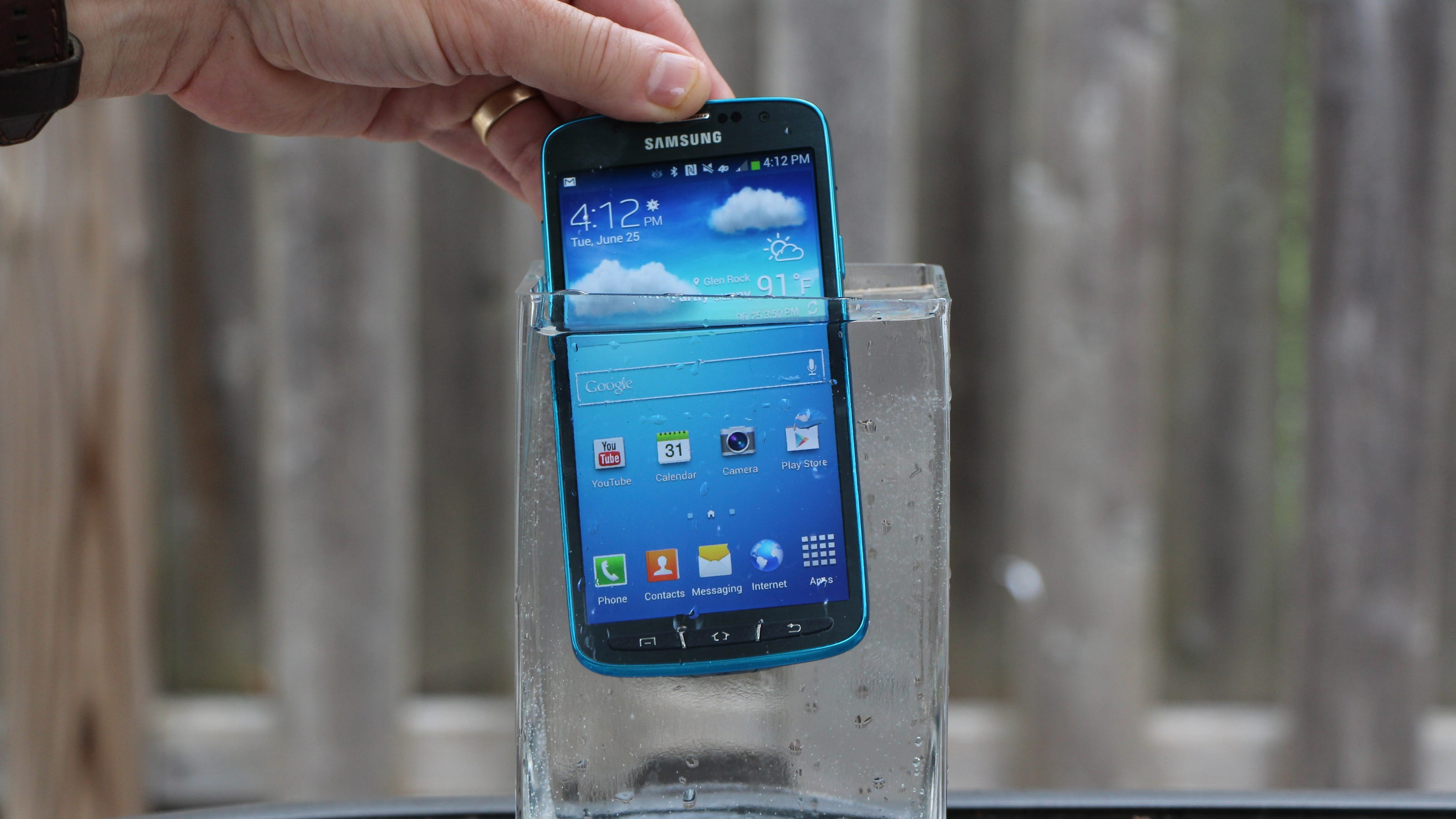 samsung galaxy s4 active can take a splash or two. Black Bedroom Furniture Sets. Home Design Ideas