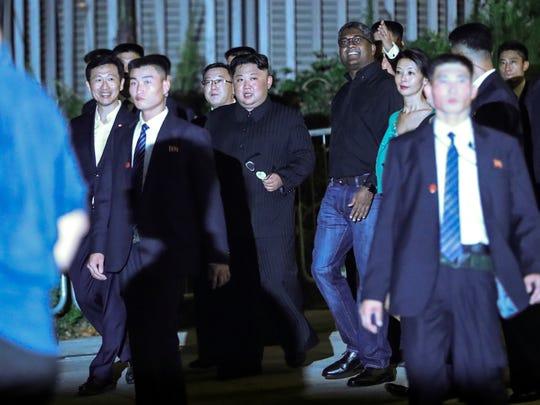El líder del norte de Corea, Kim Jong Un, es escoltado por su equipo de seguridad mientras visita Marina Bay en Singapur, el lunes 11 de junio de 2018, antes de la cumbre de Kim con el presidente de Estados Unidos, Donald Trump.