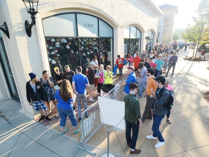Long Lines At Ridgeland Apple Store For New Iphone 6