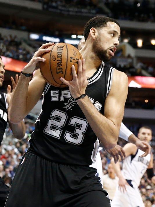 635628854273947117-AP-Spurs-Mavericks-Basketbal