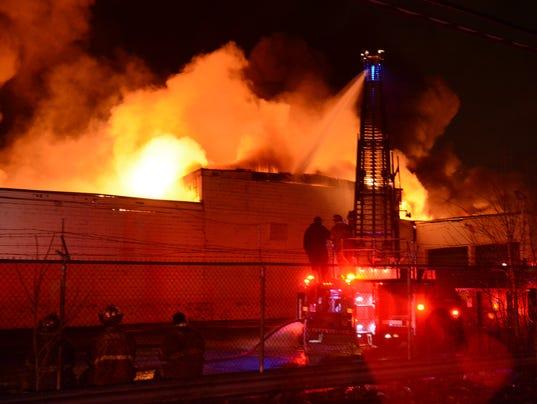 635900941304932452-warehouse-fire01.JPG