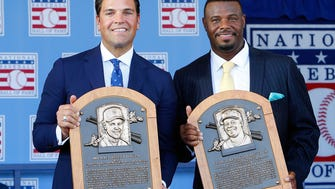 Mike Piazza (L) and Ken Griffey Jr. pose with their  plaques.