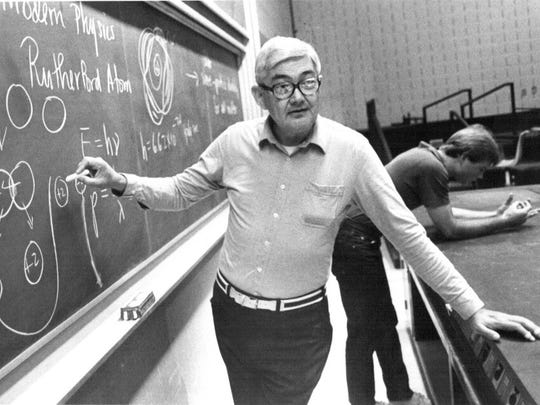 Steve Edwards teaches an FSU physics class in 1982; he wrote the book used by a generation of FSU undergrads who took his basic physics introductory class.