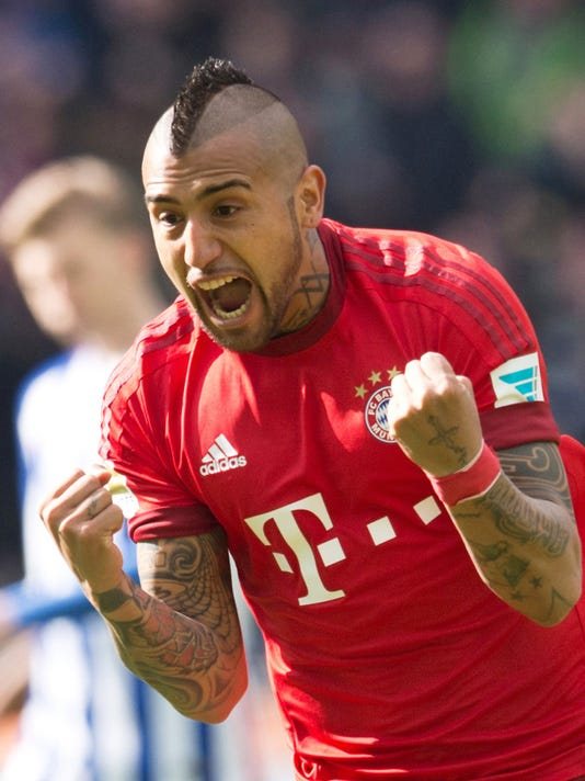 Bayern's Arturo Vidal celebrates after scoring his side's first goal during during the German Bundesliga soccer match between Hertha BSC and FC Bayern Munich at the Olympia stadium in Berlin, Germany, Saturday, April 23, 2016. (Annegret Hilse/dpa via AP)