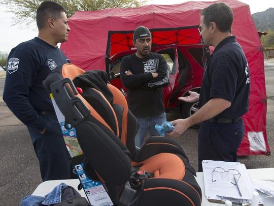 Manuel Perez, de Phoenix (centro) habla con el capitán
