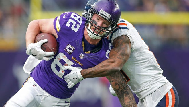Minnesota Vikings tight end Kyle Rudolph (82) catches a pass against Chicago Bears defensive back Tracy Porter (21) in the second quarter at U.S. Bank Stadium on Jan. 1.