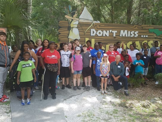 GaP families pose in front of Homosassa Springs entrance.