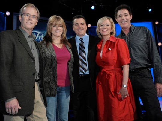 "FILE - In this Oct. 13, 2008 file photo, original cast members of ""The Brady Bunch,"" from left, Mike Lookinland, Susan Olsen, Christopher Knight, Eve Plumb and Barry Williams pose on the set of ""Trivial Pursuit: America Plays.,"" in Los Angeles. Florence Henderson, who went from Broadway star to become one of America's most beloved television moms, died, Thursday, Nov. 24, 2016, in Los Angeles. She was 82."