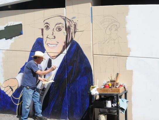 El reconocido pintor Andrés Girón trabaja en el mural